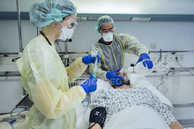 Médicos que cuidam de pacientes em unidades de pronto atendimento de um hospital — Fotografia de Stock