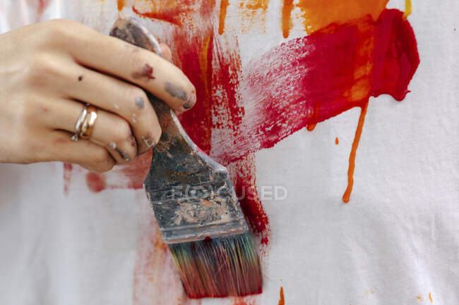 Hand of a female painter painting a picture — Stock Photo