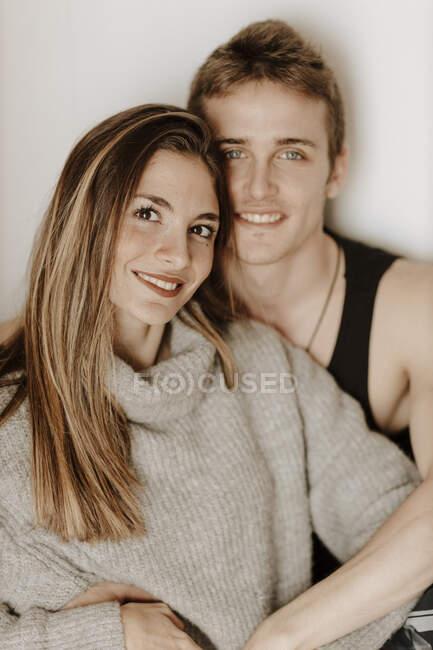Retrato de feliz pareja joven en casa - foto de stock