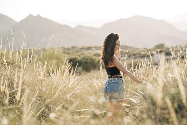 Feliz joven disfrutando de la naturaleza, Almería, España - foto de stock