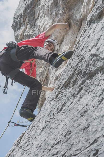 Гірський альпініст. — стокове фото