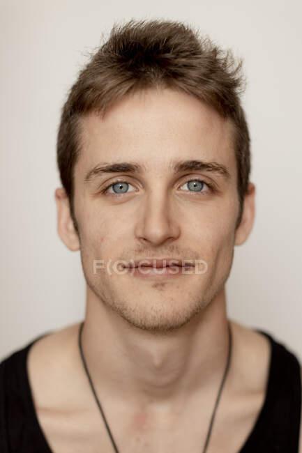 Портрет улыбающегося молодого человека — стоковое фото