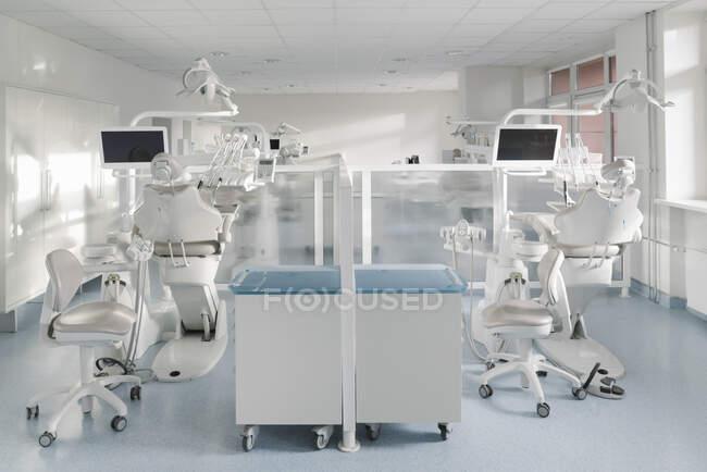 Внутрішня частина сучасної стоматологічної клініки. — стокове фото