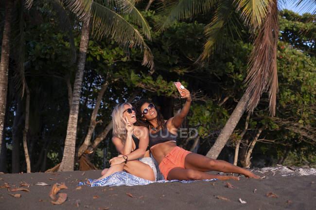 Dos mujeres felices tomando selfie en la playa, Costa Rica - foto de stock