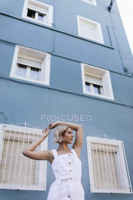 Портрет молодої жінки у білій літній сукні. — стокове фото