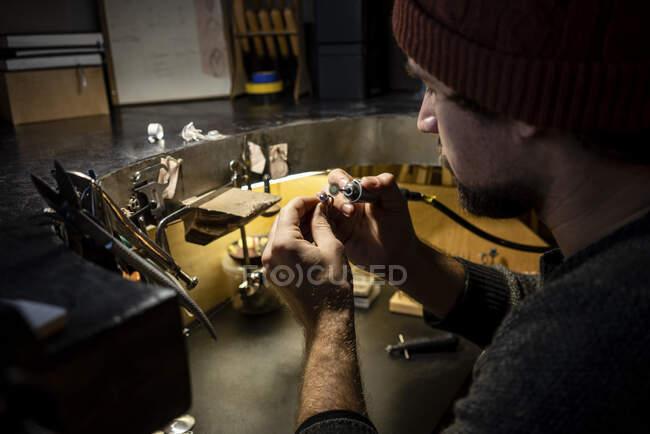 Goldsmith trabalhando no anel em sua oficina — Fotografia de Stock