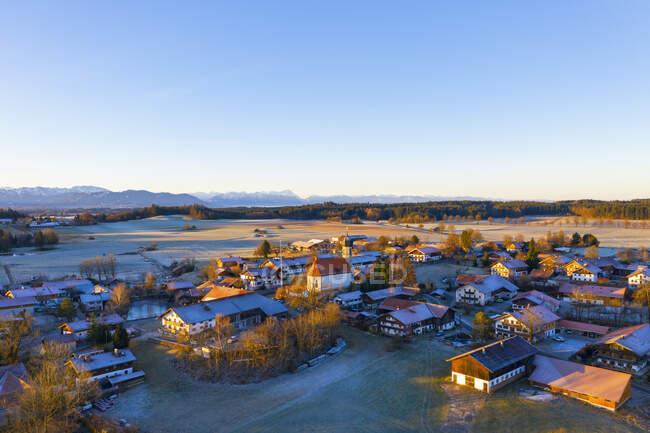 Germania, Baviera, Lochen, Drone vista del cielo limpido sul villaggio di campagna all'alba — Foto stock