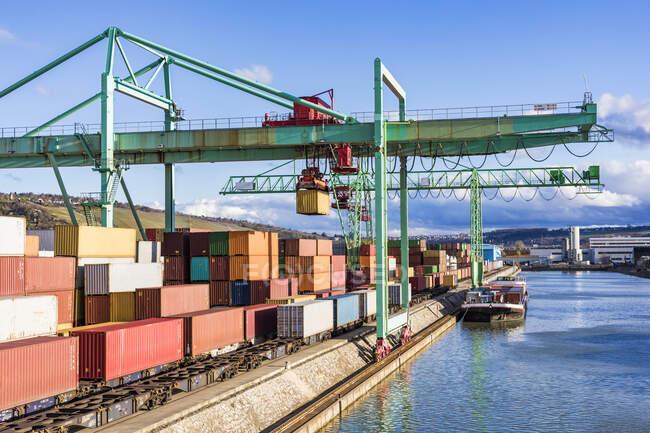 Вантажний корабель і контейнерний термінал в порту Рига, Латвія — стокове фото