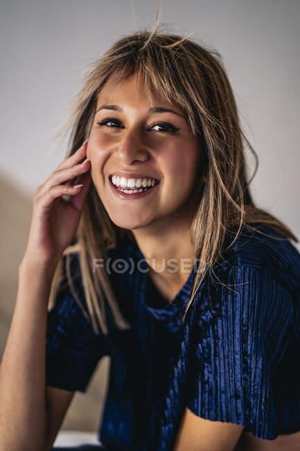 Retrato de una joven rubia con reflejos - foto de stock