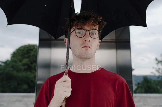 Портрет серйозного юнака з парасолькою (Кассель, Німеччина). — стокове фото