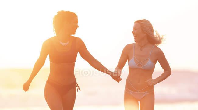 Dos mujeres despreocupadas en la playa al atardecer, Costa Rica - foto de stock