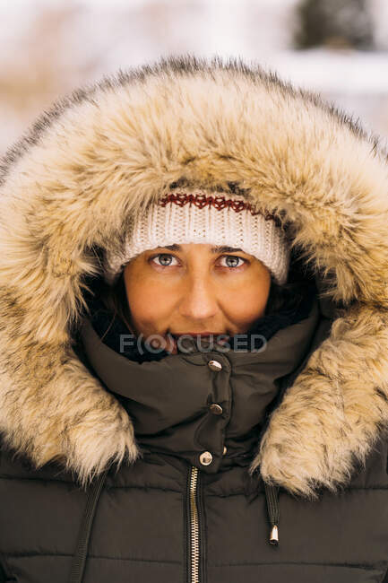 Portrait of smiling woman in winter clothes — Stock Photo