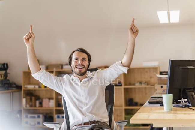 Бізнесмен вітає за столом у офісі. — стокове фото