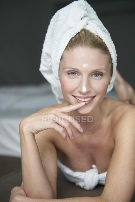 Retrato de mujer hermosa con la cabeza envuelta en una toalla - foto de stock