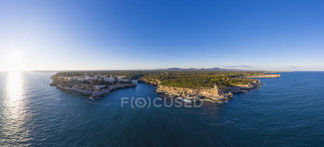 Spagna, Isole Baleari, Santanyi, Panorama aereo delle scogliere di Cala Figuera al tramonto — Foto stock