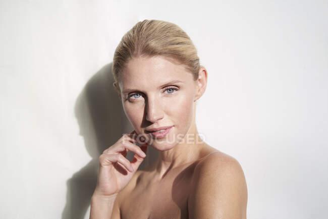 Retrato de mujer hermosa - foto de stock