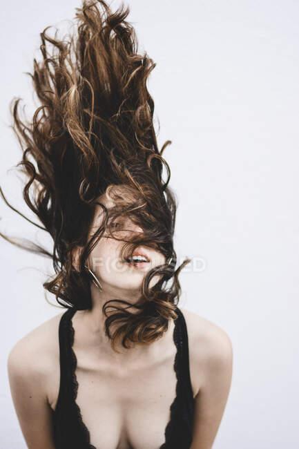 Ritratto di giovane donna con capelli che soffiano — Foto stock