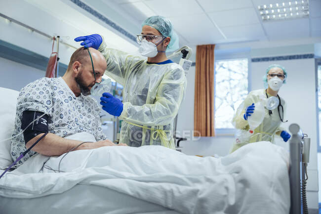 Лікар штучно дихає пацієнта в реанімаційному відділенні лікарні. — стокове фото