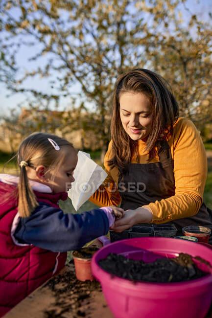 Mãe com menina plantando no jardim — Fotografia de Stock