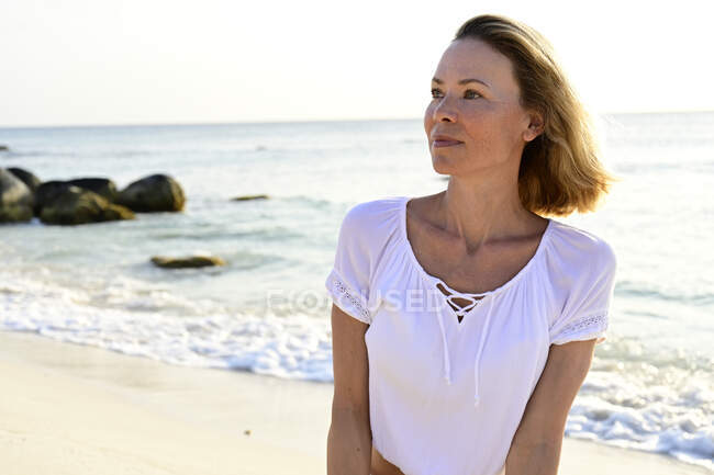 Портрет жінки на пляжі — стокове фото