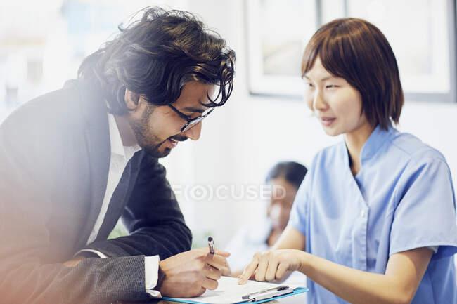 Paciente en recepción de una consulta dental - foto de stock