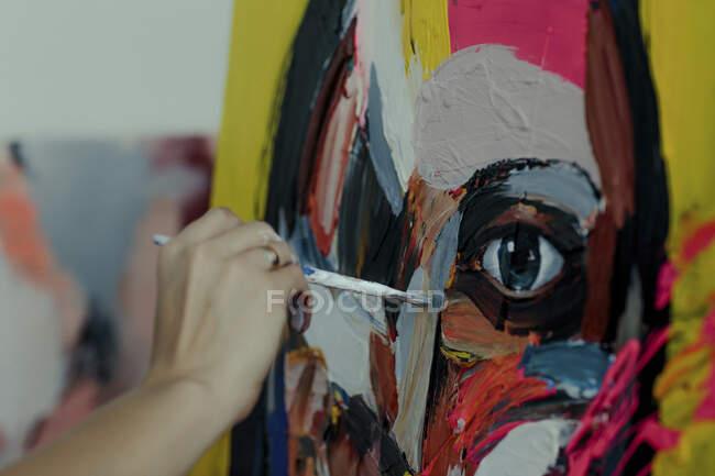 Mano de una pintora en su estudio - foto de stock