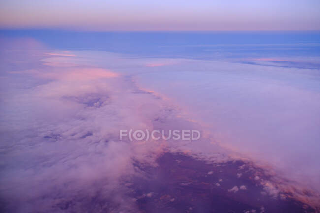 Francia, Cloudscape visto desde el avión volando por encima - foto de stock