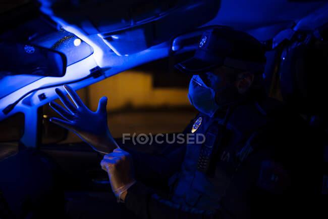 Полісмен на екстреній місії, надягайте захисні рукавички. — Stock Photo