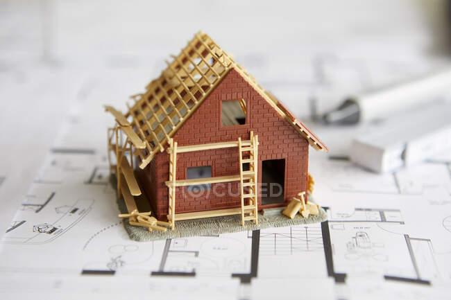 Architettura, modello di casa di proprietà sul piano edilizio — Foto stock