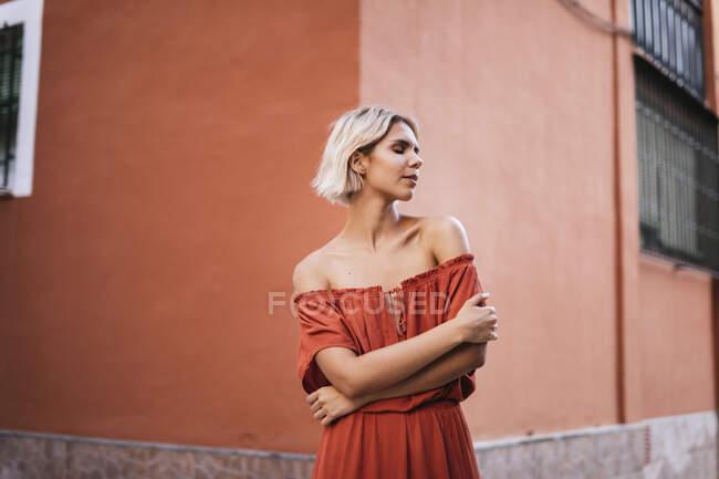 Портрет молодої жінки з закритими очима в місті. — стокове фото