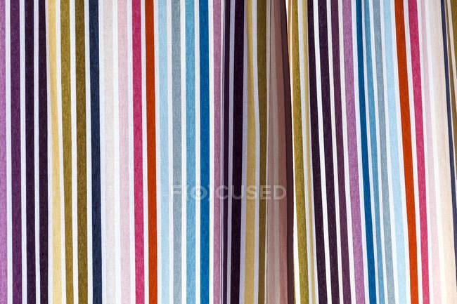 Francia, Primer plano de la colorida cortina a rayas - foto de stock