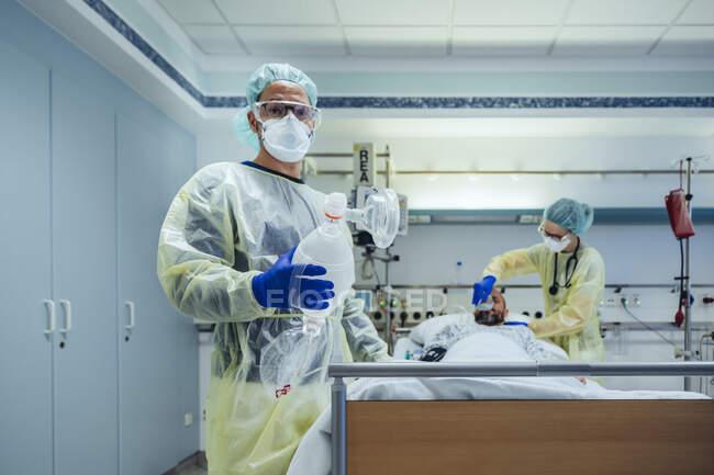 Retrato do médico na unidade de atendimento de emergência de uma máscara de válvula de saco de retenção hospitalar — Fotografia de Stock
