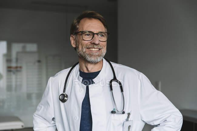 Retrato del médico sonriente - foto de stock