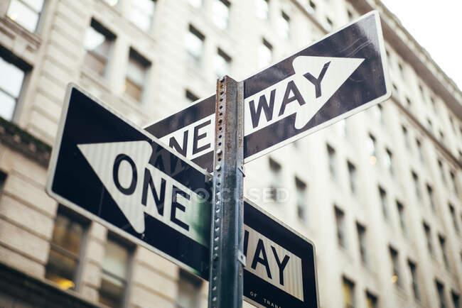 Estados Unidos, Ciudad de Nueva York, Firmar mensaje con señales de una manera - foto de stock