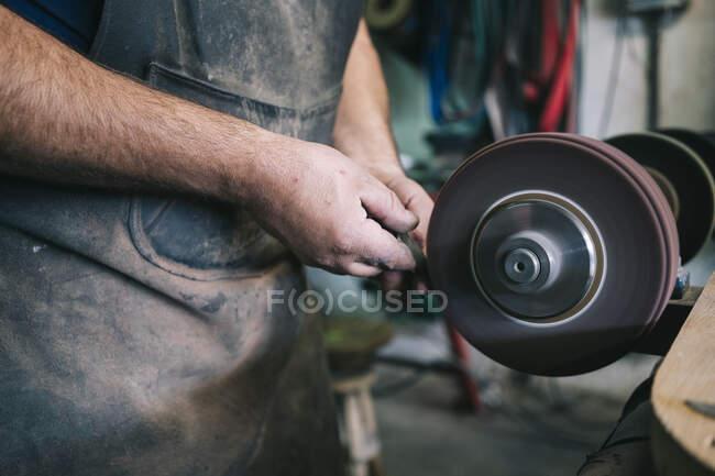 Handwerker fertigt Messer in seiner Werkstatt — Stockfoto
