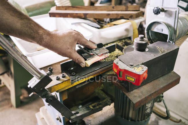 Faca fabricante fazendo eixo em sua oficina — Fotografia de Stock
