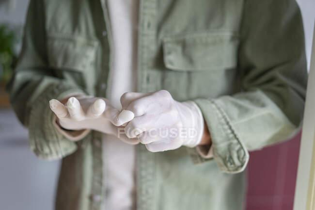 Чоловік одягає захисні рукавички — Stock Photo