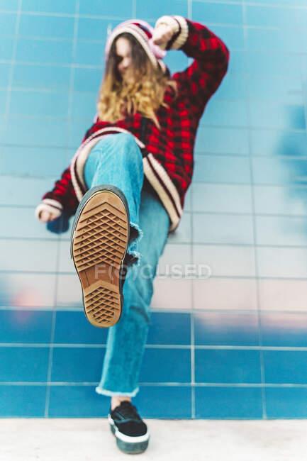 Adolescente chutando na câmera — Fotografia de Stock