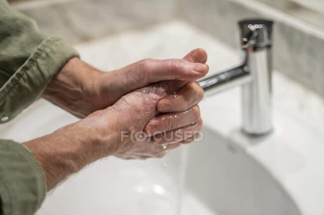 Hombre wahing manos, de cerca - foto de stock