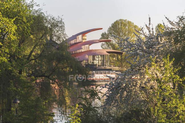 Німеччина, Бранденбург, Потсдам, квітка Черрі розквітає на березі річки Гавел на фоні Ганса Отто Театеріна — стокове фото