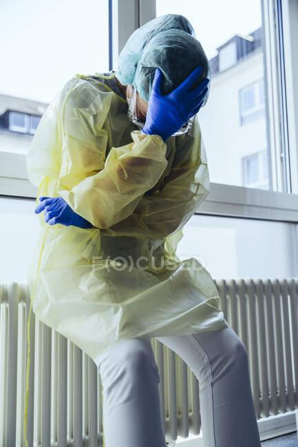 Médico desemparelhado vestindo equipamentos de proteção individual no hospital — Fotografia de Stock