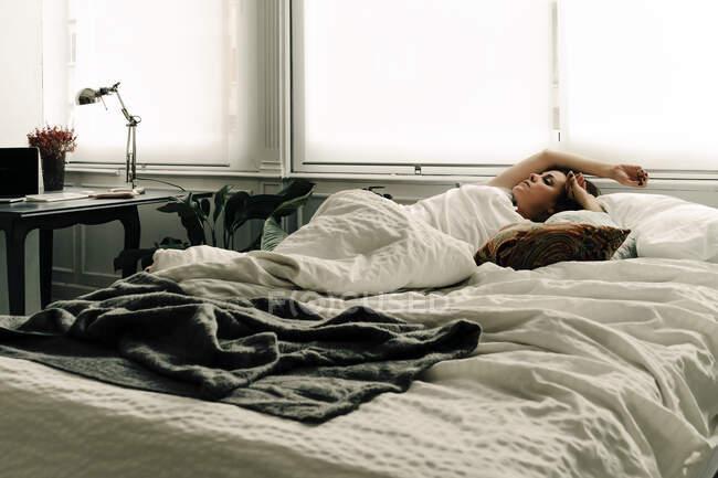 Donna sonnecchiare a letto — Foto stock