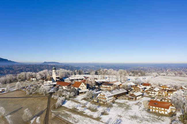 Germania, Baviera, Gaissach, Drone vista del cielo limpido sul villaggio innevato — Foto stock