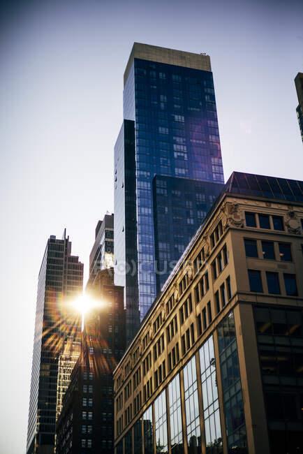 USA, New York, il sole splende attraverso i grattacieli — Foto stock