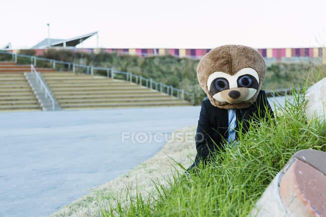 Empresário com máscara meerkat ao ar livre, Barcelona, Espanha — Fotografia de Stock