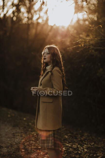 Портрет модної жінки восени стоїть на задньому фоні. — стокове фото