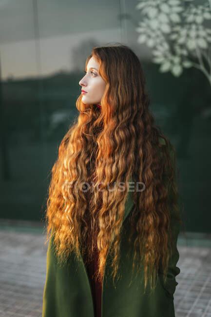 Портрет задумливої рудої дівчини, що дивиться на відстань — стокове фото