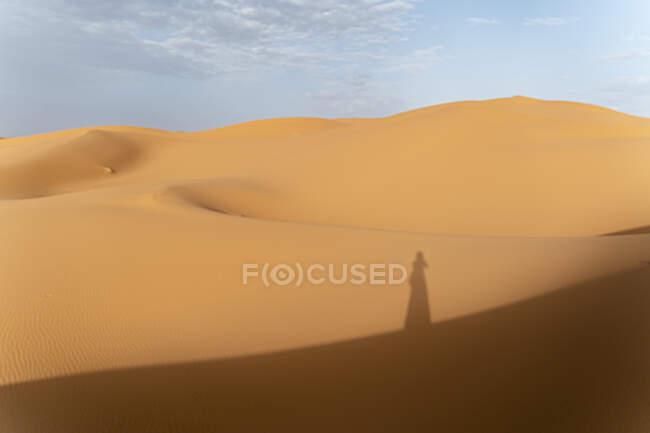 Ombra di donna sulle dune di sabbia nel deserto del Sahara, Merzouga, Marocco — Foto stock