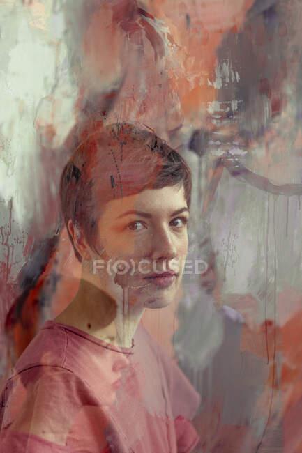 Retrato de una pintora en su estudio - foto de stock