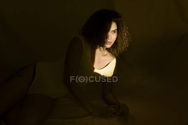 Retrato de jovem atraente na cama à luz do sol — Fotografia de Stock